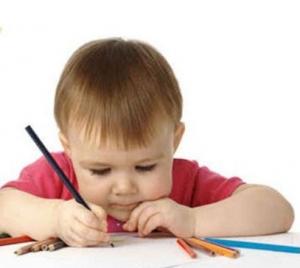 طفل يمسك قلما